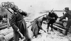 Russische Soldaten bauen eine Behelfsbrücke über den Dnjepr