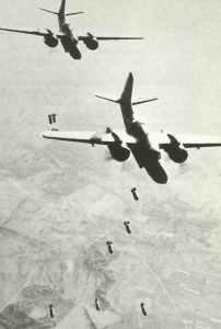 DB-7 Boston der 9. USAAF greifen im Baum befindliche V-1-Stellungen an
