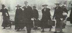 Bedienstete verlassen das Berliner Schloss