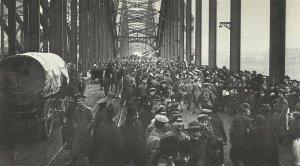 deutsche Truppen auf der Rheinbrücke von Köln