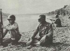 US-General Stilwell beobachtet das Übersetzen seiner Truppen