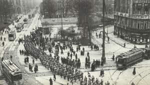 Reichswehr-Truppen marschieren über den Potsdamer Platz