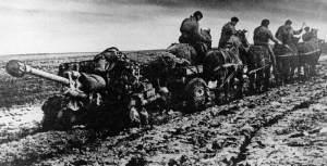 Russische bespannte Artillerie im tiefen Schlamm