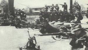 Polnische Aufständige schiessen