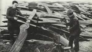 Holzpropeller deutscher Flugzeuge werden zerlegt