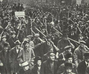 Bewaffnete Rote Arbeiter und Soldaten