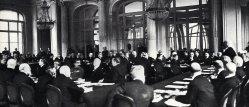 Clemenceau überreicht Friedensvertrag