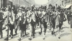 Freiwillige aus Oberbayern marschieren in München ein