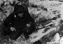 Gefreiter der HG-Division, bewaffnet mit Kar 98k und Gewehrgranate
