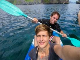 Paddeln beim zwischen den Kalksteininseln vor El Nido