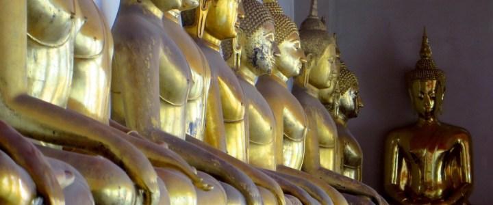 Wunderliche Statuen in Bangkoks Tempeln