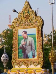 Hier mal eins der riesigen Portraits die überall rumstehen.