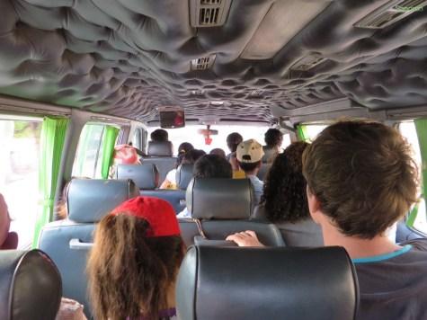 Rappelvoll - 27 Menschen auf 15 Sitzplätzen verteilt und das für 9 Stunden.