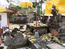 kleiner Tempel mit Opfergaben