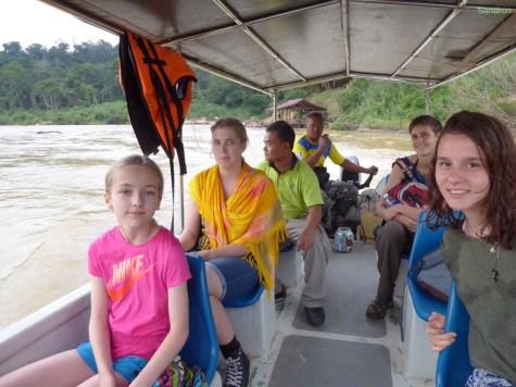 mit dem Boot zum Dschungel