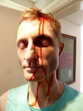 Edward lässt sich das Blut übers Gesicht laufen
