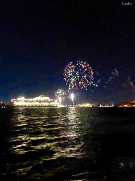 Feuerwerk in Sydney da 4 große Passagierschiffe auf einmal in Sydney anlegen