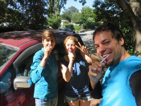 Laura und wir beim Zähneputzen