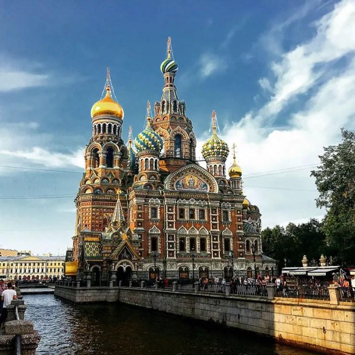 St.-Petersburg-Bluterloeserkirche-Living-UpsideDown