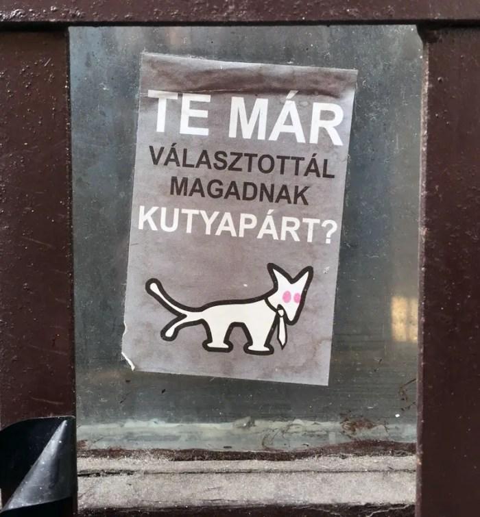 Budapest Streetart Partei Aufkleber zweischwänziger Hund