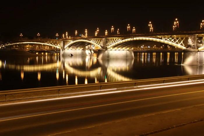 Budapester-Bruecke-bei-Nacht