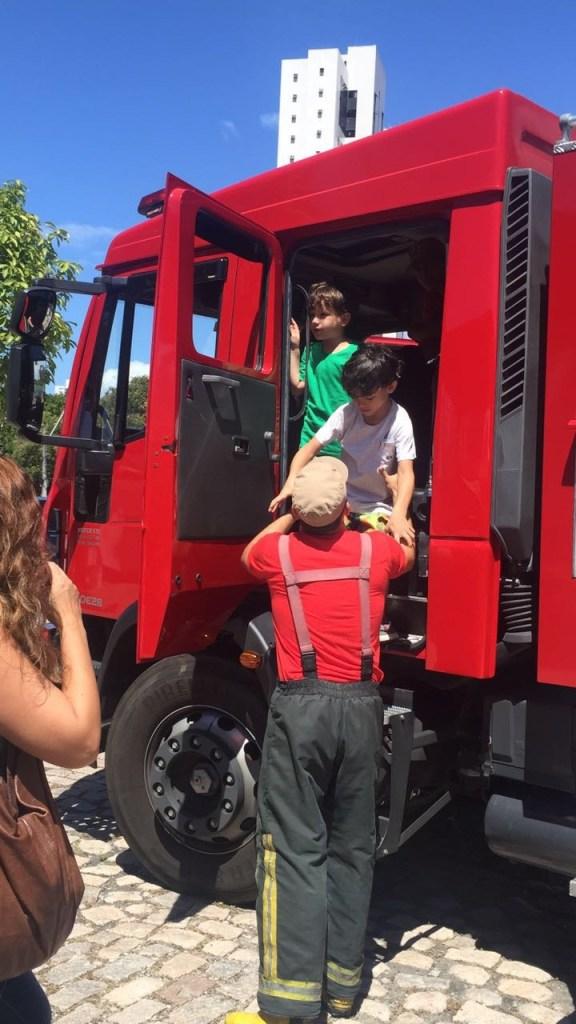 Crianças passeiam no caminhão