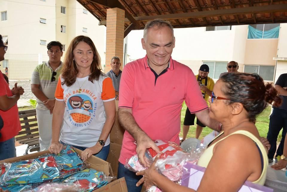 Primeira-dama Terezinha Maia realiza mais uma entrega da campanha 'Lençol da Família' em São Gonçalo