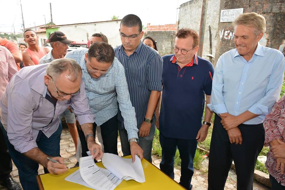 Prefeito Paulinho assina contrato de mais de 1 milhão de reais para pavimentação de ruas em São Gonçalo