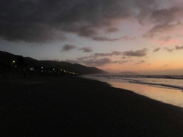 Strand in Neuseeland bei Abenddämmerung