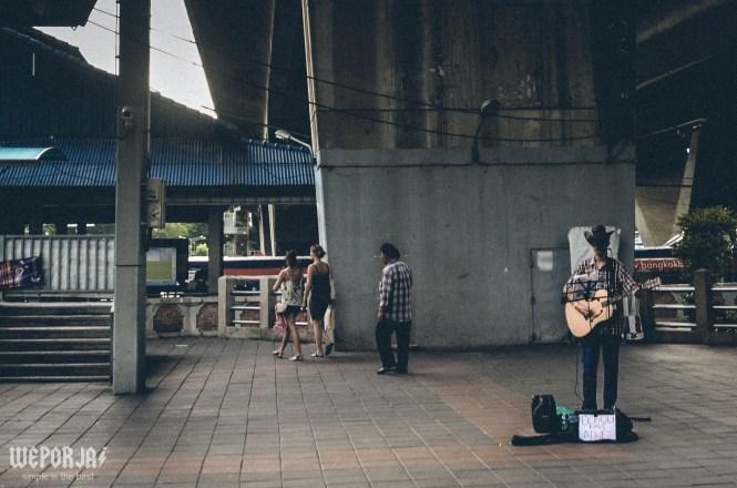 เล่นดนตรีข้างถนน