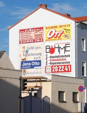 Planen an Fassade gespannt