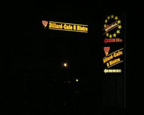 Leuchtkasten+Pylon bei Nacht