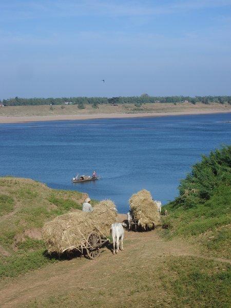 Het leven langs de Mekong rivier gaat in een langzaam tempo