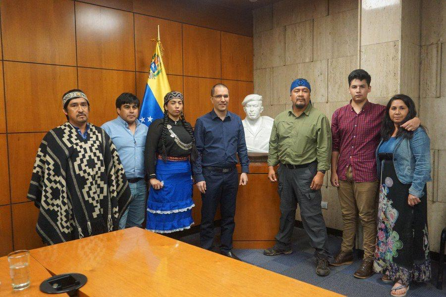 Héctor Llaitul con dirigentes mapuche  y víctimas de la represión del Estado chileno visitan Venezuela y se reúnen con el canciller Jorge Arreaza.