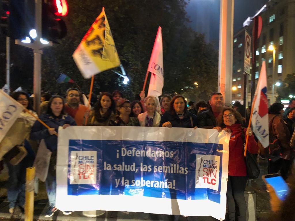 Convocados por Chile Mejor Sin TLC. Cientos de manifestantes se movilizaron en las principales ciudades de Chile para expresar el rechazo al TPP11 y hacer sentir el rechazo ciudadana ante el Senado de la República.