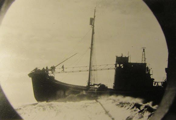 Walvisjager gezien door een patrijspoort vanaf de Willem Barendsz. Foto Jan Beiboer.
