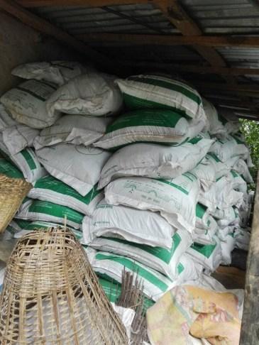 De zakken met mest worden vervoerd.