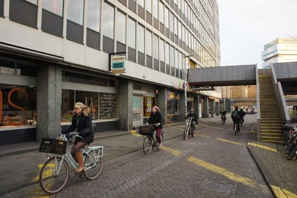 Toegang en straat Schieblok met enkele (horeca)ondernemingen