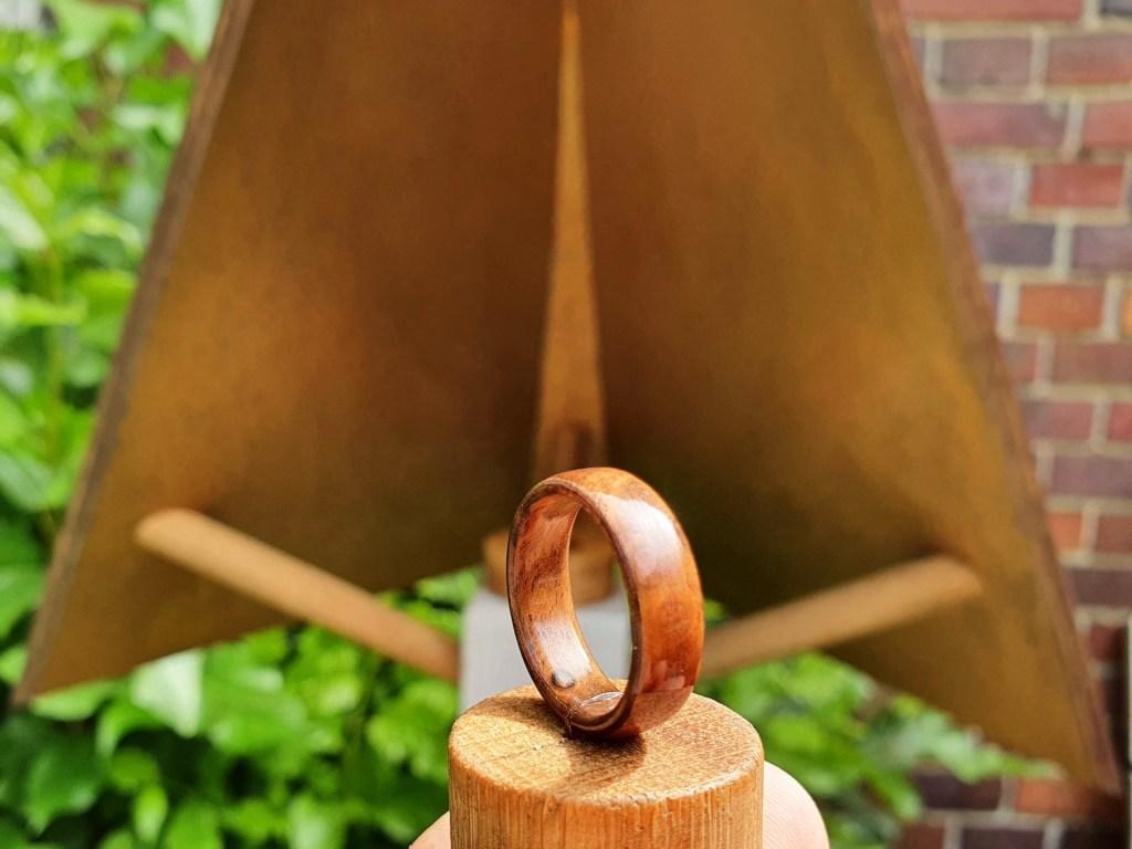 Ringspender mit Holzring aus Walnuss Maser in Ringgröße 52