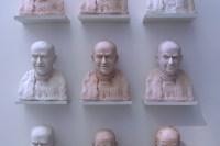 Installation de neuf portraits de de Funès. Cette ensemble de portraits de taille identique reprend un certain nombre des grimaces et expressions de Louis de Funès, l'homme au cent visages