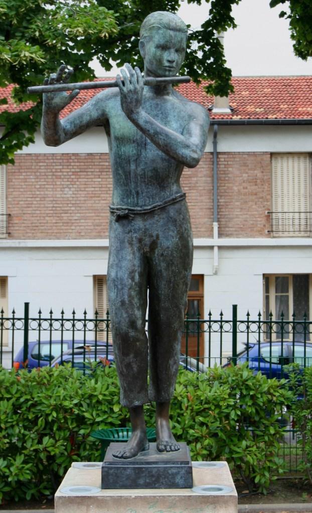 Sculpture en bronze, Jeune Homme à la Flûte, Bronze de un mètre-soixante-dix, installée dans le square de la Fontaine à Montrouge