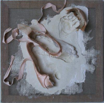 Sculpture en plâtre, chaussons de danses, toile de lin et châssis bois, Pirouette, Guillaume Werle