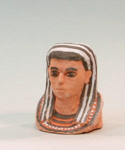 Sculpture en terre cuite polychrome réalisée par un élève des cours de sculpture enfants, c'est une tête de pharaon
