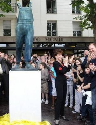 """Photo de l'inauguration de l'homage du sculpteur Guillaume Werle fait au comique Michel Colucci, le bronze """"A Coluche"""", place de la République à Montrouge. C'est une des sculptures de Guillaume Werle commandée par Montrouge"""