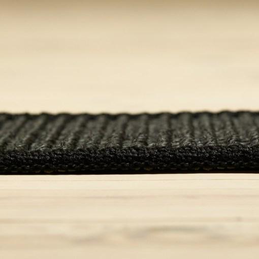 sort berber sisal tæppe med kant fra siden