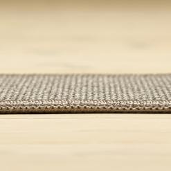 lysegråt tæppe med mønster med kant