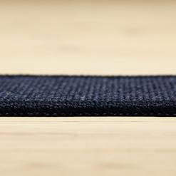 marineblåt tæppe med mønster og kant fra WeRug