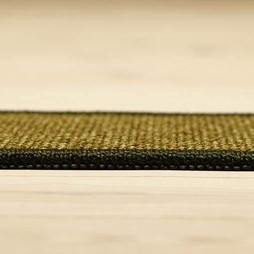 mørkegrønt tæppe med kant og mønster