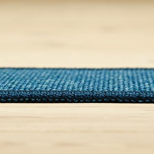 havblåt tæppe med mønster og kant fra WeRug