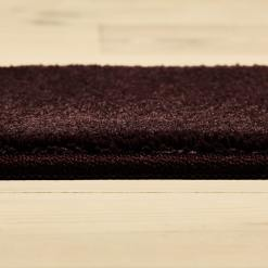 Plumfarvet tæppe fra WeRug med overlock kant